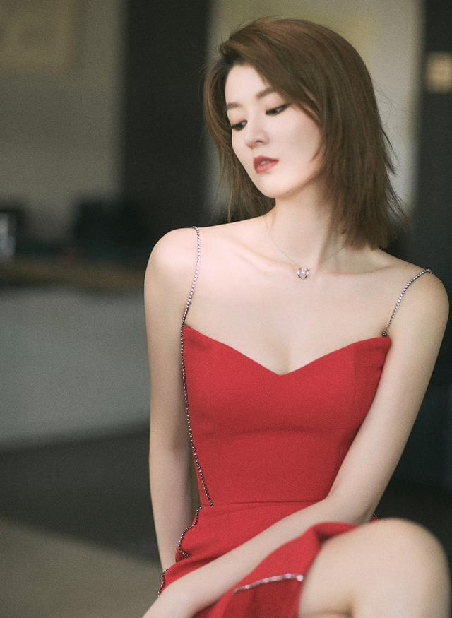 细带修身无痕裙,凸显气质感与线条感-第3张图片-爱薇女性网