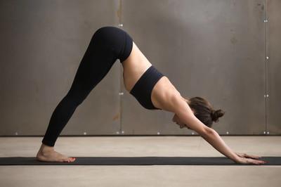 瑜伽这样做既减肥又美体,4个瑜伽体位帮你开肩美背-第2张图片-爱薇女性网