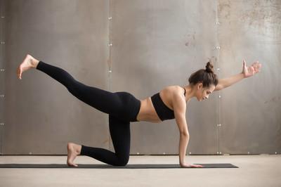 瑜伽这样做既减肥又美体,4个瑜伽体位帮你开肩美背-第4张图片-爱薇女性网