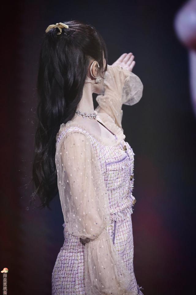 鞠婧祎重返十七岁,粉色连体衣很清爽,360度无死角美颜-第2张图片-爱薇女性网