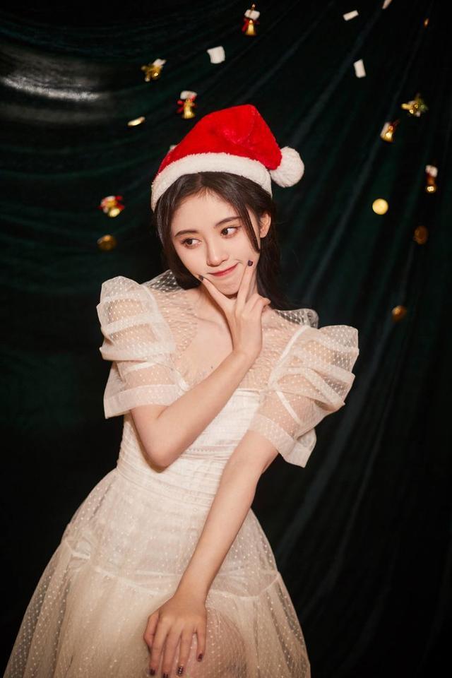 鞠婧祎重返十七岁,粉色连体衣很清爽,360度无死角美颜-第4张图片-爱薇女性网