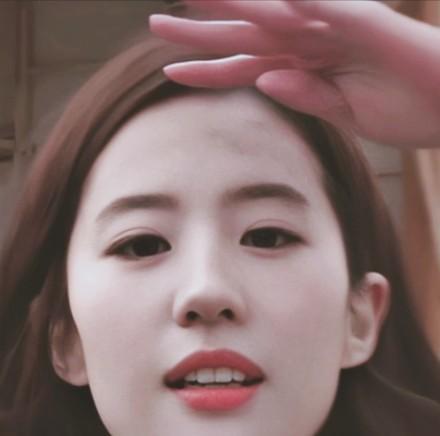 刘亦菲上节目把央视镜头当镜子,怼脸上去的那一刻,颜值很真实-第2张图片-爱薇女性网