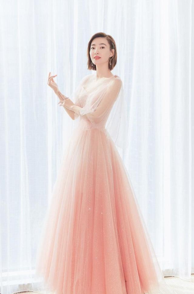 王丽坤越来越美,穿粉色轻纱裙女人味十足-第1张图片-爱薇女性网