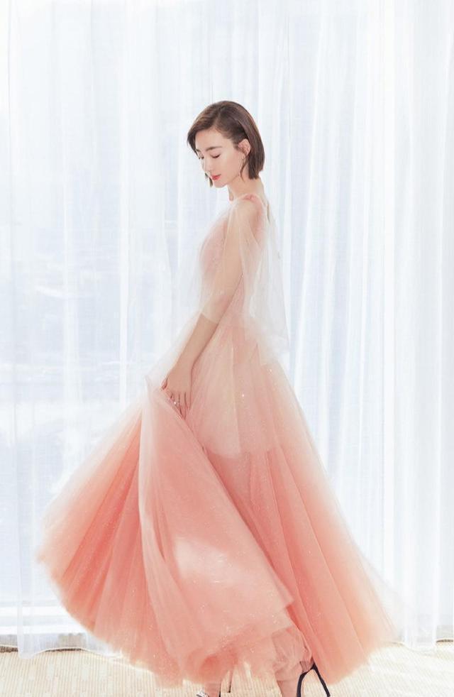 王丽坤越来越美,穿粉色轻纱裙女人味十足-第2张图片-爱薇女性网