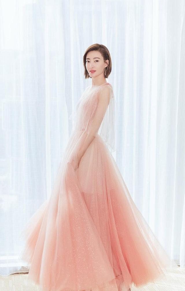 王丽坤越来越美,穿粉色轻纱裙女人味十足-第3张图片-爱薇女性网