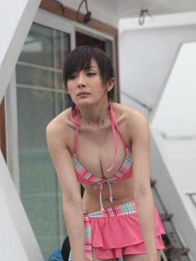 炎炎夏日穿比基尼秀傲人双峰的五大女星-第2张图片-爱薇女性网