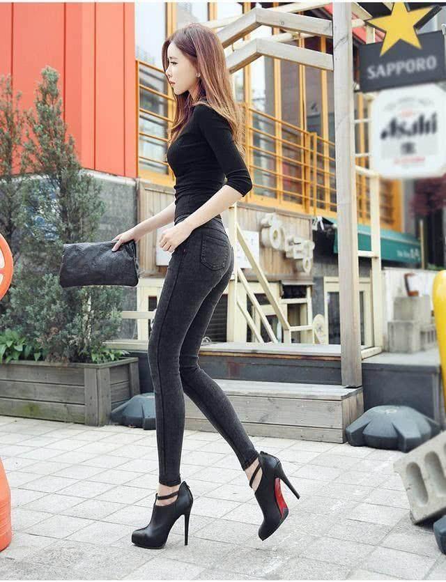 爱美的女人都应该拥有一条修身的牛仔裤,修身美体凸显个性-第1张图片-爱薇女性网