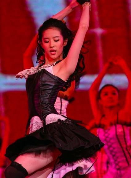 刘亦菲早年大尺度跳舞照曝光,穿着火辣身材性感-第2张图片-爱薇女性网