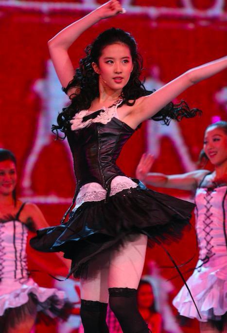 刘亦菲早年大尺度跳舞照曝光,穿着火辣身材性感-第3张图片-爱薇女性网