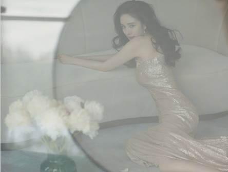 """杨幂变身""""尤物"""",香槟金色礼服性感妩媚-第2张图片-爱薇女性网"""