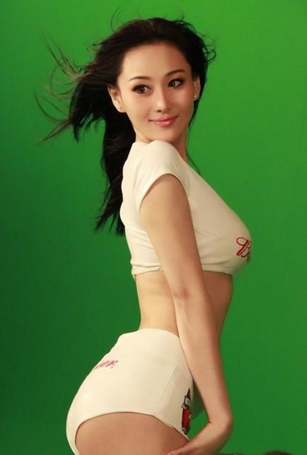 张馨予拍摄性感写真 足球宝贝白皙美背必杀球迷宅男-第4张图片-爱薇女性网