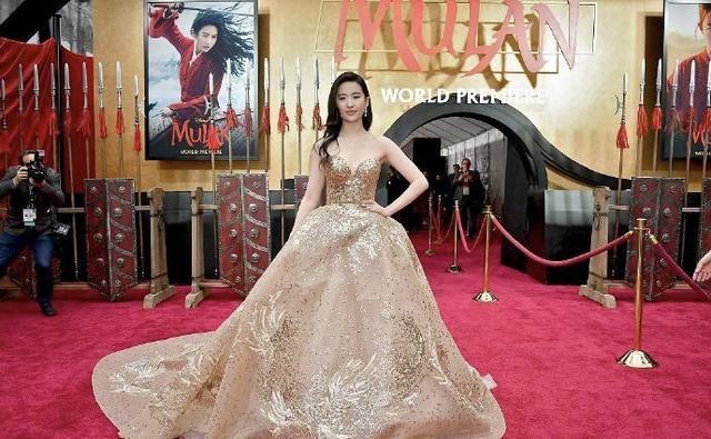 刘亦菲出席电影《花木兰》首映礼,穿金色抹胸凤凰长裙颜值超高艳压全场