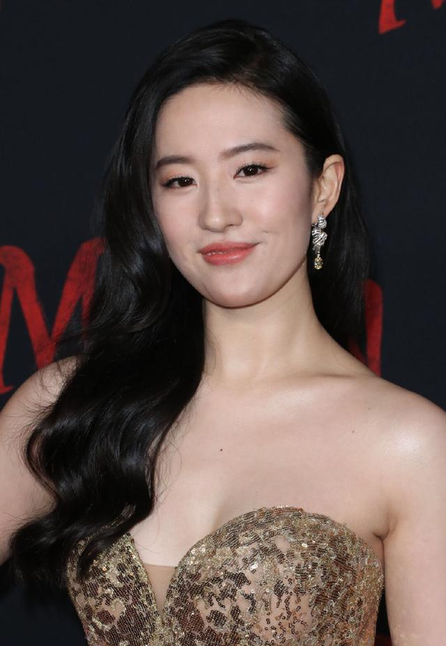 刘亦菲出席电影《花木兰》首映礼,穿金色抹胸凤凰长裙颜值超高艳压全场-第2张图片-爱薇女性网