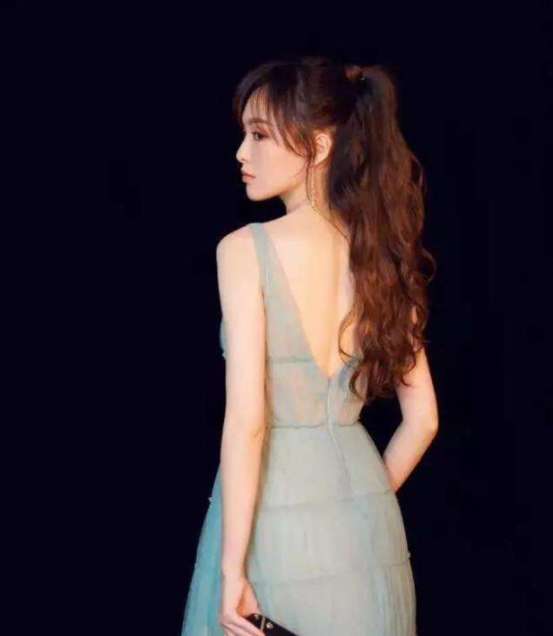 婚后的唐嫣,薄薄一层透肉裙性感十足-第2张图片-爱薇女性网