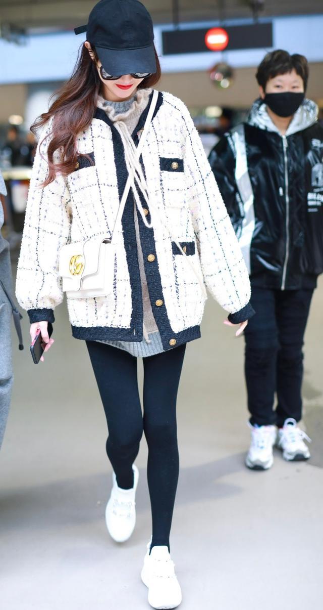 唐嫣终于穿丝袜了,白色外套搭配丝袜穿出大长腿-第2张图片-爱薇女性网