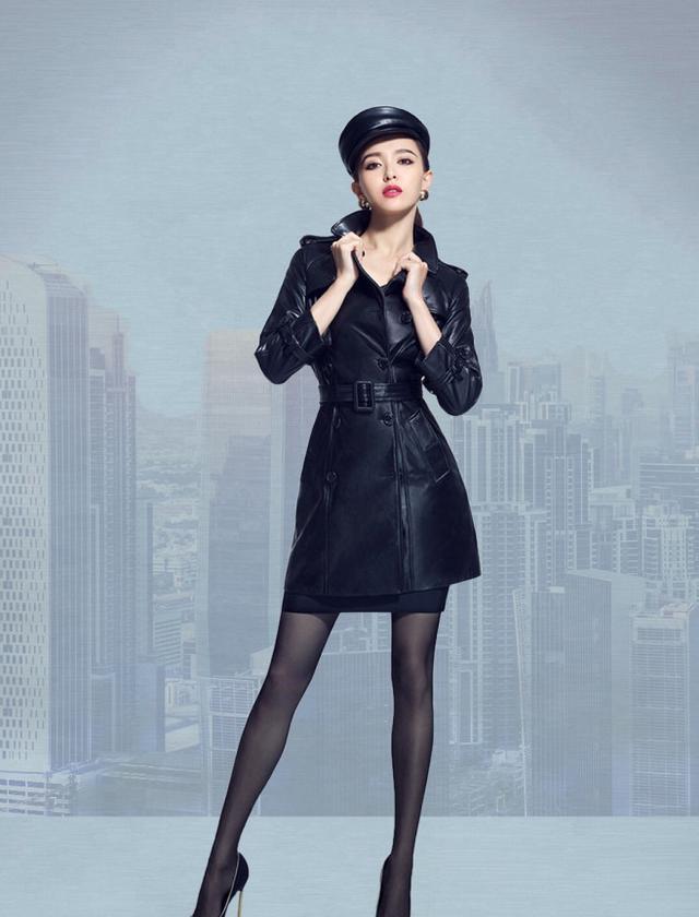 唐嫣终于穿丝袜了,白色外套搭配丝袜穿出大长腿-第3张图片-爱薇女性网