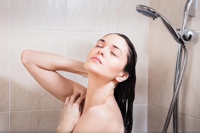 洗澡时,头发和脸要先洗哪个?一直弄反了,以至于皮肤变差了-第1张图片-爱薇女性网