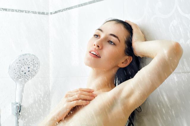 洗澡时,头发和脸要先洗哪个?一直弄反了,以至于皮肤变差了-第2张图片-爱薇女性网