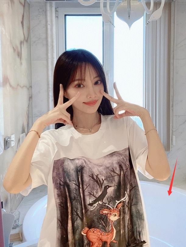 李小璐离婚后放飞自我,在家疯狂自拍,身后浴缸引起热议-第2张图片-爱薇女性网