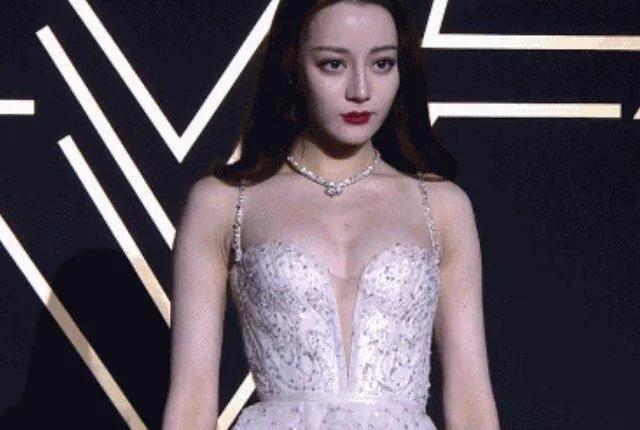 迪丽热巴不再捂胸,低胸礼服秀好身材-第1张图片-爱薇女性网