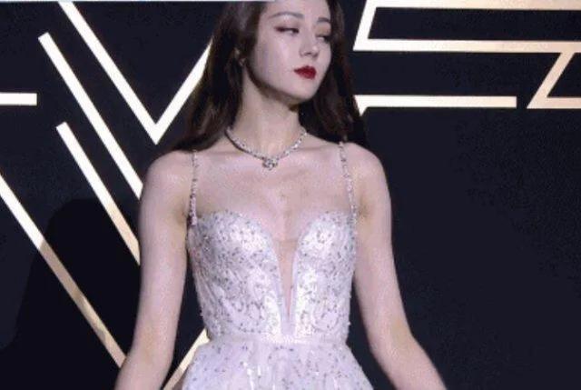迪丽热巴不再捂胸,低胸礼服秀好身材-第2张图片-爱薇女性网