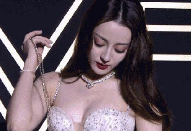 迪丽热巴不再捂胸,低胸礼服秀好身材-第3张图片-爱薇女性网