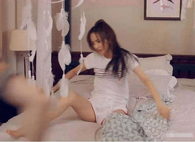 佟丽娅忘记自己穿睡裤动作霸气, 掀开被子那刻, 男粉丝不淡定了-第2张图片-爱薇女性网