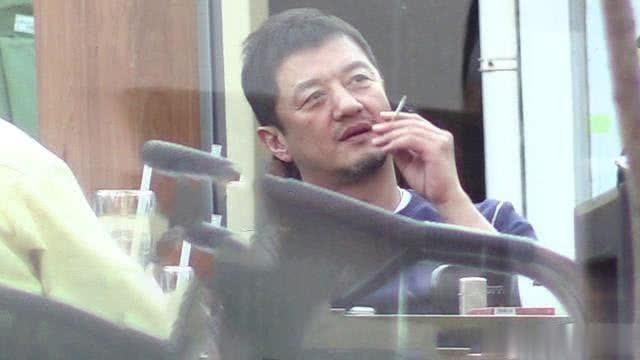 李亚鹏现不文明一幕,抽完烟后烟头随便扔,憔悴穿着似大爷,-第2张图片-爱薇女性网