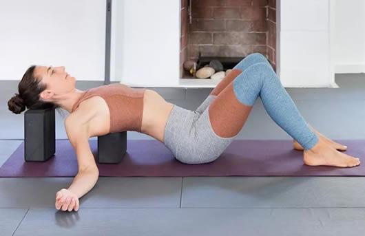 练瑜伽可以丰胸吗:软妹子母其弥雅5个经典瑜伽动作-第1张图片-爱薇女性网