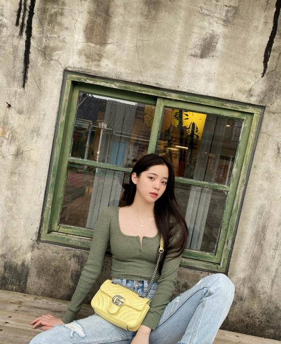 """欧阳娜娜这""""开奶衫""""真是绝了,刚成年就能这么穿-第1张图片-爱薇女性网"""