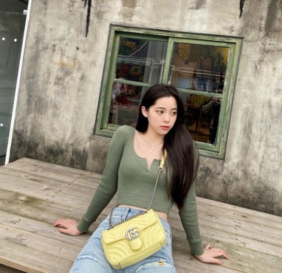 """欧阳娜娜这""""开奶衫""""真是绝了,刚成年就能这么穿-第2张图片-爱薇女性网"""