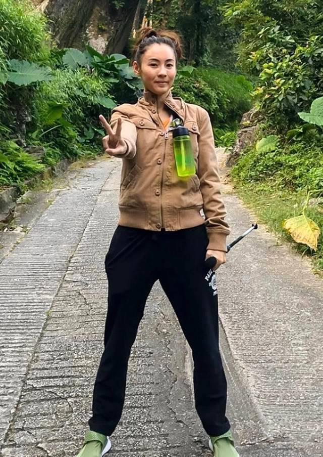 40岁张柏芝晒登山照片,一脸憔悴,强颜欢笑女神风采不再-第3张图片-爱薇女性网