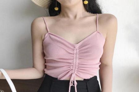 超短裙搭配什么上衣好看,三款简约超短裙穿搭时尚靓丽-第1张图片-爱薇女性网