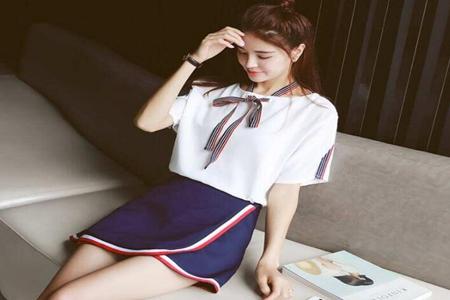 超短裙搭配什么上衣好看,三款简约超短裙穿搭时尚靓丽-第3张图片-爱薇女性网