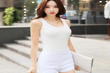 女士白色短裤搭配什么上衣?这3种搭配穿出夏日清纯性感-第2张图片-爱薇女性网