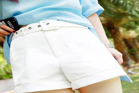 女士白色短裤搭配什么上衣?这3种搭配穿出夏日清纯性感-第3张图片-爱薇女性网