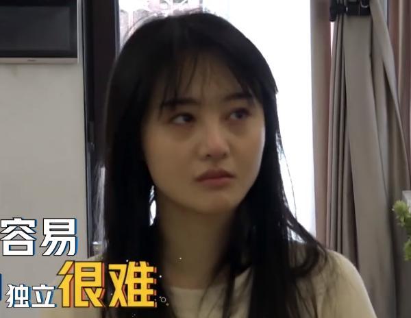 郑爽素颜上真人秀节目,脸上的瑕疵暴露无遗-第2张图片-爱薇女性网