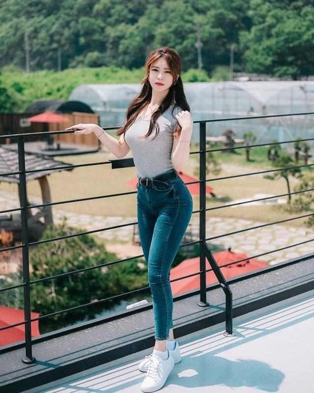 街拍紧身裤美女凹凸有致的完美身材-第2张图片-爱薇女性网