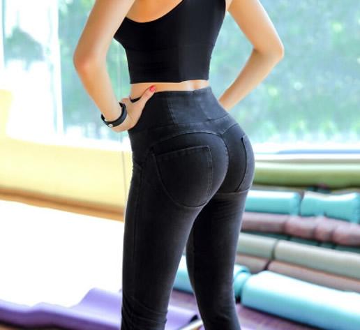 紧身牛仔裤翘臀美女图片欣赏