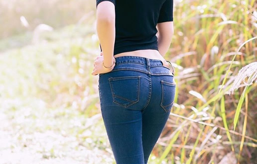 紧身牛仔裤翘臀美女图片欣赏-第2张图片-爱薇女性网