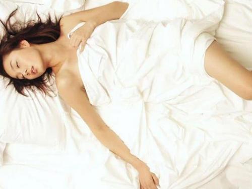 女人喜欢不穿衣服睡觉正常吗?女人裸睡有哪些好处-第3张图片-爱薇女性网