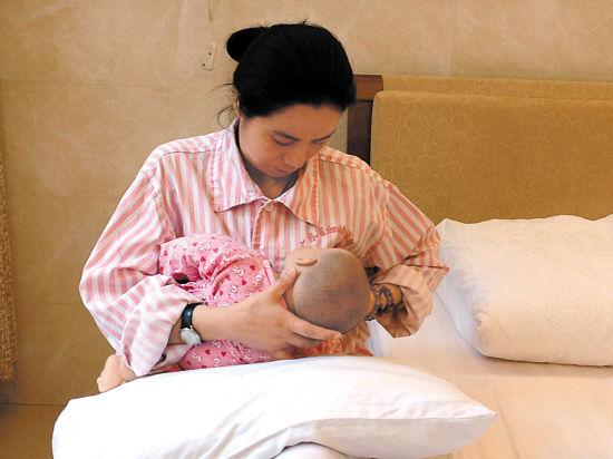 真人示范母乳喂养的4种正确姿势图片以及注意事项-第1张图片-爱薇女性网