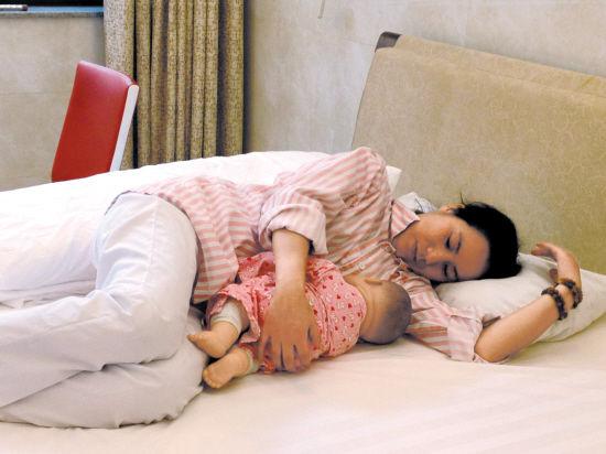 真人示范母乳喂养的4种正确姿势图片以及注意事项-第2张图片-爱薇女性网