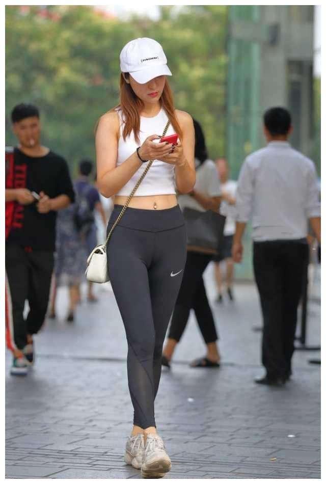 美女穿紧身裤:紧身裤显凹凸尴尬图片-第4张图片-爱薇女性网