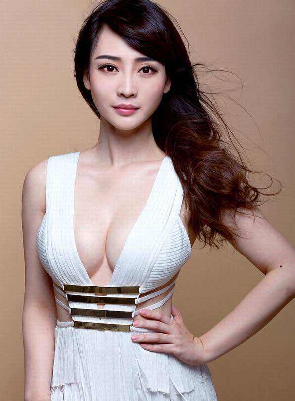 柳岩的胸有多大:柳岩三围尺寸曝光,65E罩杯的胸呼之欲出-第2张图片-爱薇女性网