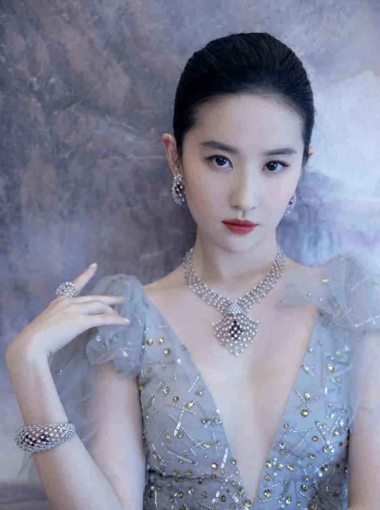 刘亦菲雾霾蓝纱裙出席活动,佩戴近干万高端定制珠宝,小公举终于经营啦