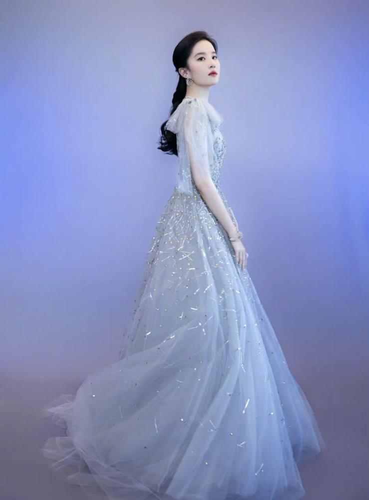 刘亦菲雾霾蓝纱裙出席活动,佩戴近干万高端定制珠宝,小公举终于经营啦-第2张图片-爱薇女性网