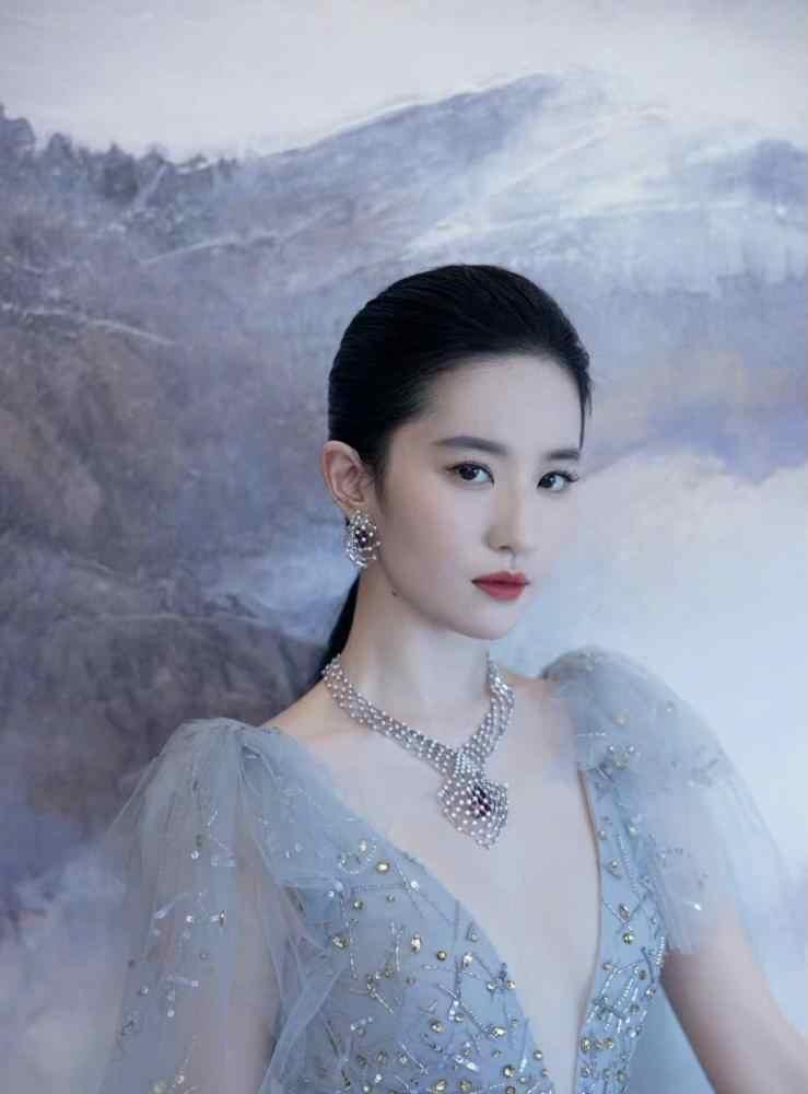 刘亦菲雾霾蓝纱裙出席活动,佩戴近干万高端定制珠宝,小公举终于经营啦-第4张图片-爱薇女性网