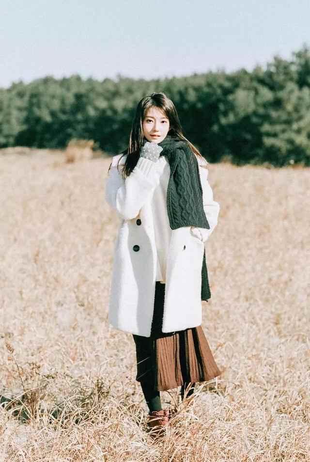 围巾怎样系才好看?掌握这几种方法,一般款还可以系出美女模特感-第4张图片-爱薇女性网