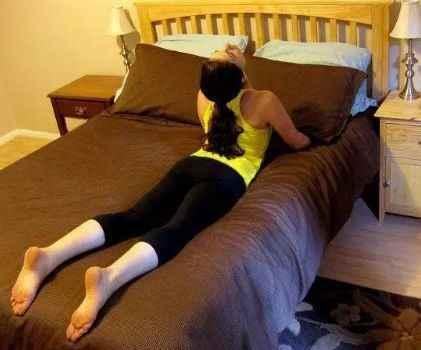 5个睡前瑜伽动作,助眠、瘦身,又养颜-第4张图片-爱薇女性网